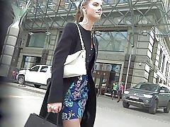 Симпатичная девочка в платье чулки под юбкой